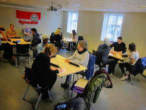 Photo: Første runde er i gang. Det var 18 deltakere og totalt seks bord. Her ser vi bordene 1-4.
