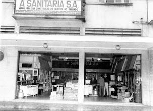 Photo: Loja A Sanitária, especializada em venda de materiais de construção. Localizava-se na Rua do Imperador. Foto sem data
