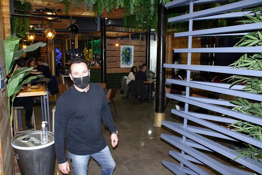 Gerente del Restaurante Real 31 a las puertas de su establecimiento hostelero.