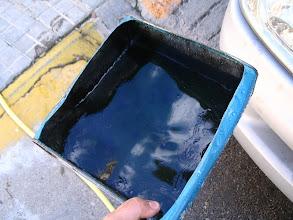 Photo: Recojo los 8 litros en tres latas abiertas, para no contaminar, lo trataré como que es aceite y lo depositaré en el ecoparque, como si se tratara de aceite del motor.