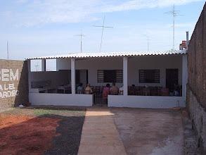 Photo: As atividades são realizadas ou na varanda em dias de calor ou habitualmente na única sala nos fundos. Foto do dia 04/04/2004