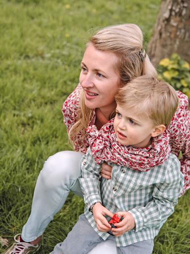 Collection mère enfant : Chemise rose fleurie Femme, Chemise verte Vichy Garçon, Foulard vert Vichy mixte, Foulard rose fleuri mixte