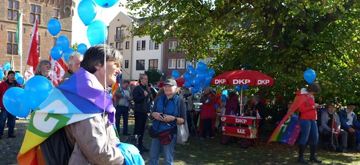 Friedensfreundinnen mit blauen Ballons. DKP-Stand.