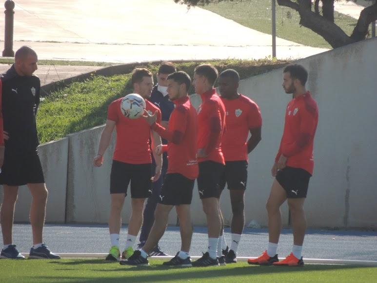 Un grupo de jugadores antes del entrenamiento.