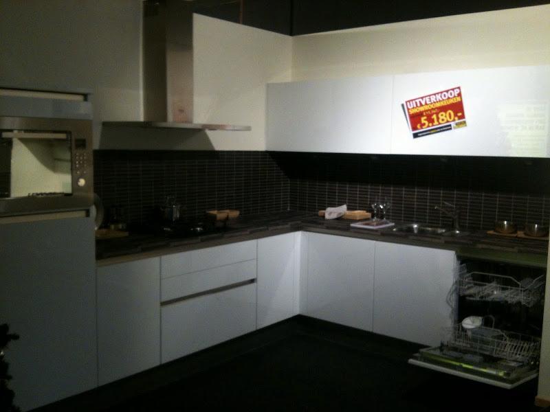 Photo: Hoogglans witte hoekopstelling  3,05 x 2,45 Incl. Alle apparatuur!! Bovenkasten met liftdeuren! € 5000,-