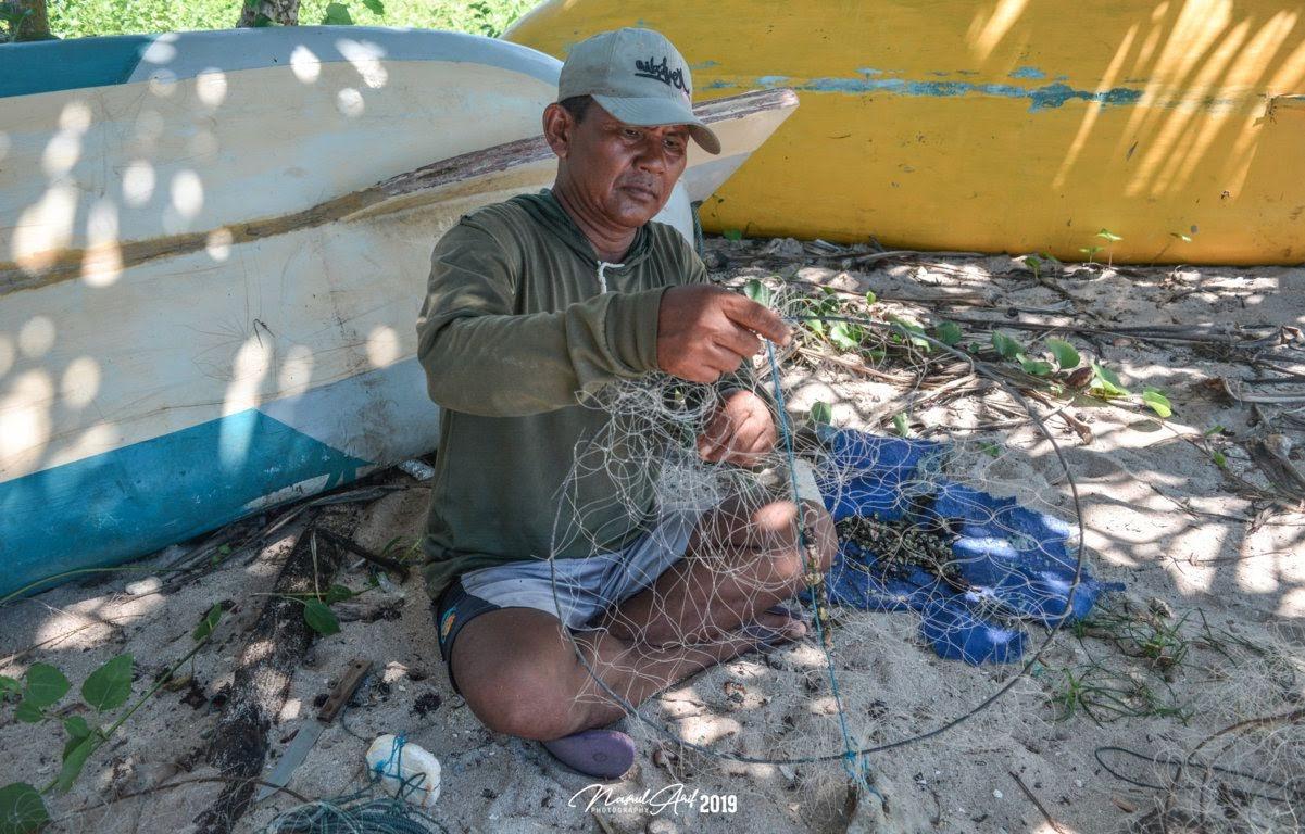 Nelayan mempersiapkan pancing untuk memancing lobster