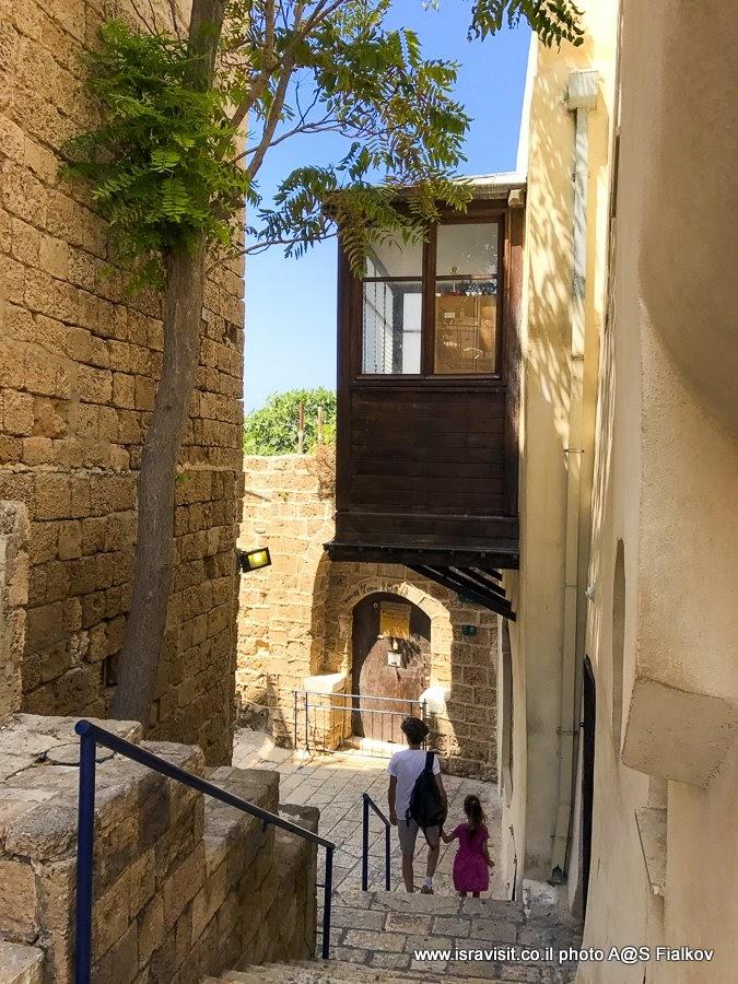 У дома Симона Кожевенника в Старом Яффо. Экскурсия в Яффа с гидом Светланой Фиалковой. Израиль.