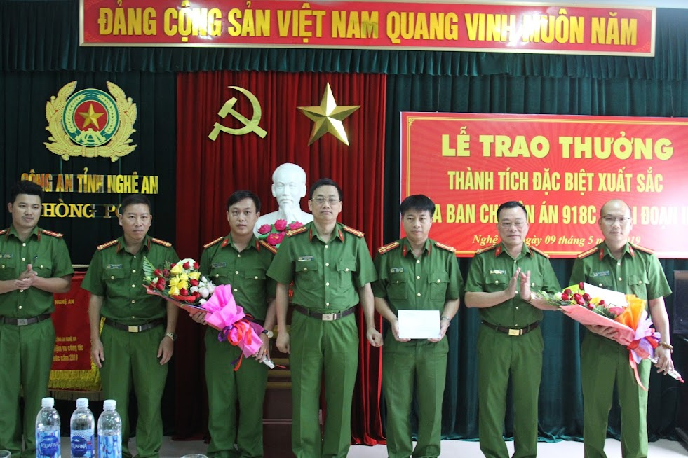 Đồng chí Đại tá Nguyễn Mạnh Hùng, Phó Giám đốc Công an tỉnh, Thủ trưởng Cơ quan CSĐT Công an tỉnh Nghệ An trao thưởng cho Ban chuyên án 918C.
