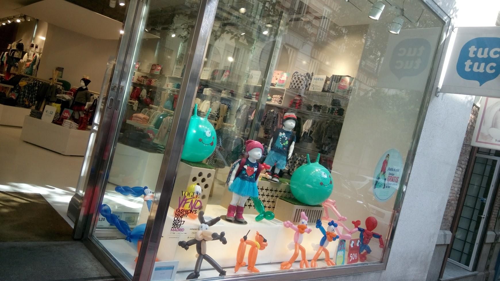 escaparate de tienda de moda infantil con globoflexia