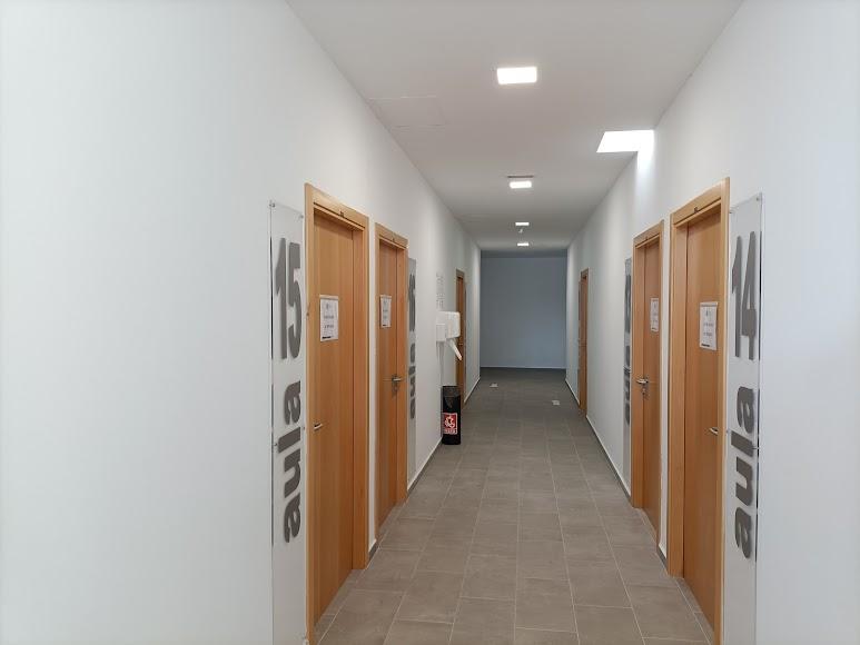 En la parte donde no ha afectado la ampliación se han renumerado las aulas.