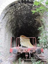 Photo: les tunnels servent à présent de voie de garage ferroviaire pour matériel surranné