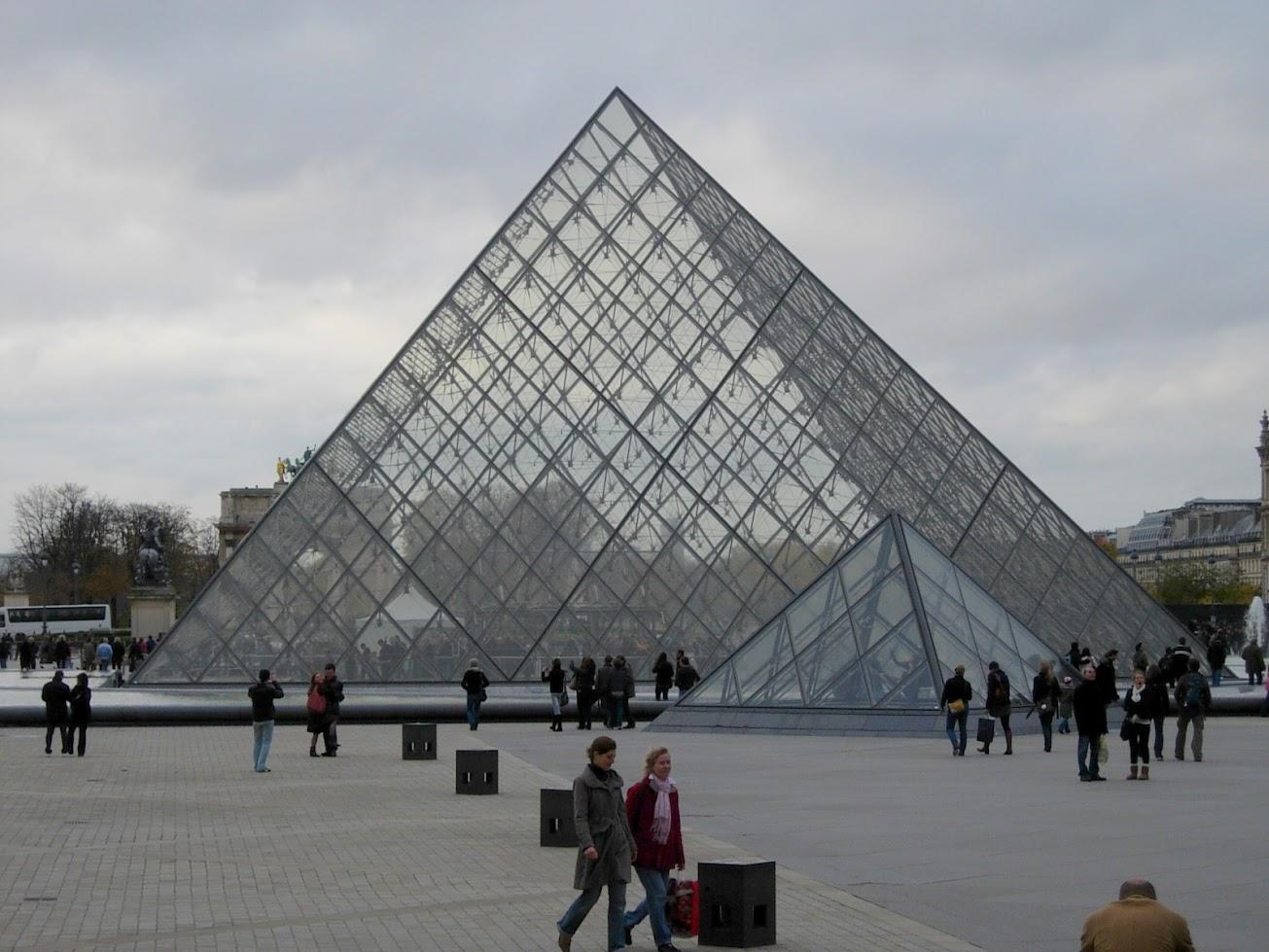 Pyramide du Louvre à Paris