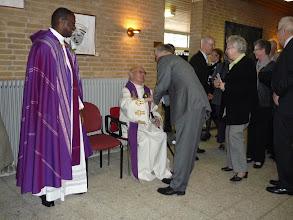 Photo: Pastor Wiegers mag er bij gaan zitten.