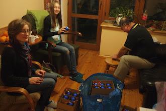 """Photo: Poprzedzający wieczór spędziliśmy nad przygotowaniem """"bombowych medali"""". Zawiązanie rzemieni zajęło nam cały wieczór."""