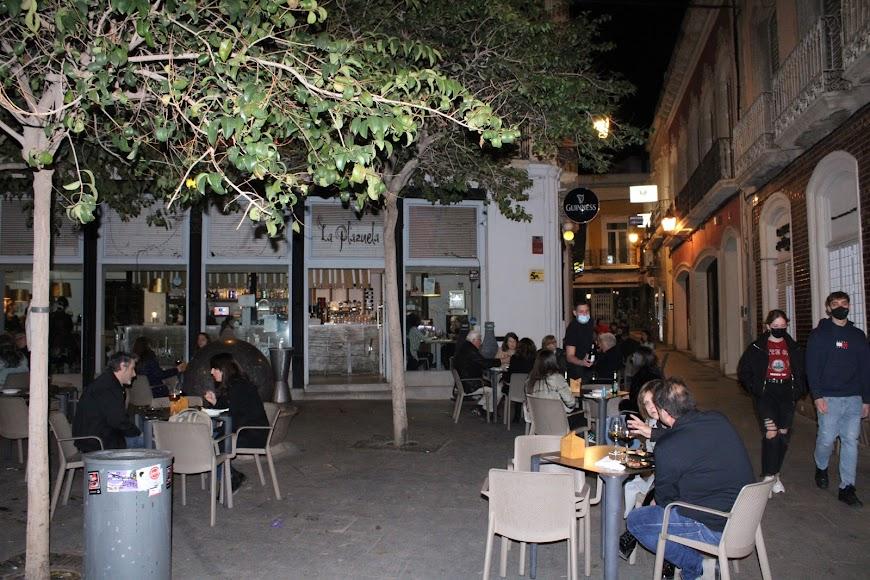 Almerienses disfrutando de la noche almeriense en la terraza del bar La Plazuela.