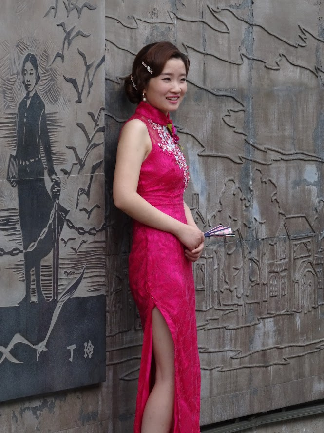 Chinoise en qipao dans Duolun Lu à Shanghai