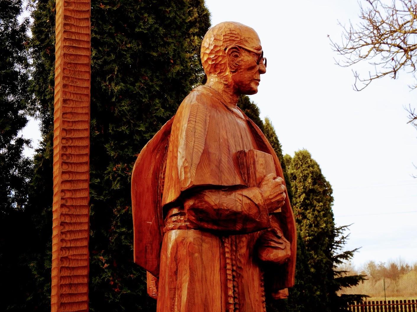 Vasszécseny - Maximilian Kolbe ferences vértanú szobra a plébániakertben