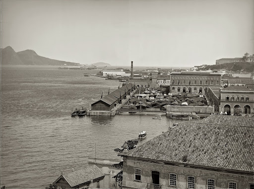 Alfândega docks, in the foreground; in the background, on the right, Castelo Hill, on the left, Villegaignon Island