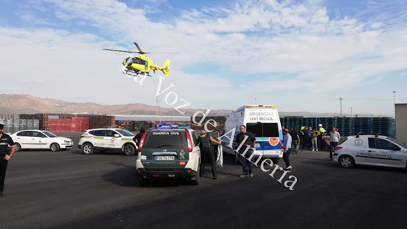 Uno de los heridos ha sido trasladado en helicóptero a Sevilla.