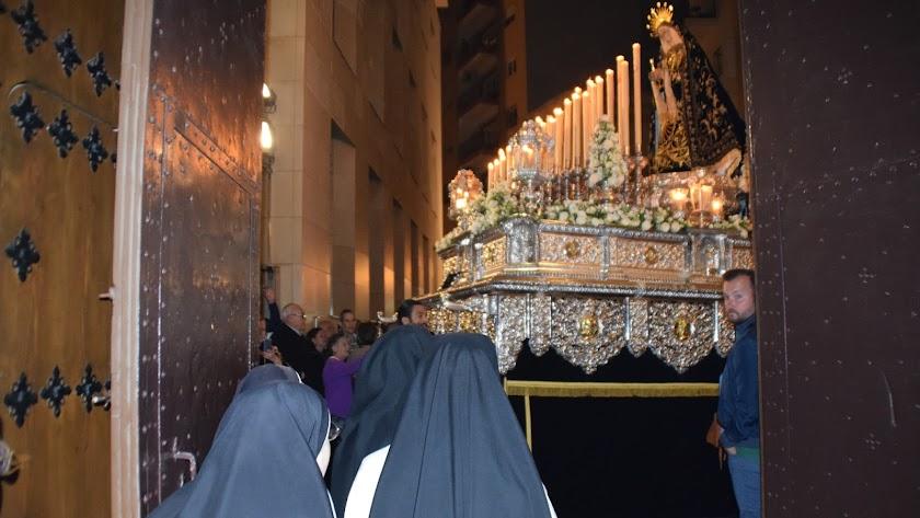 Un momento muy emotivo es cuando la Virgen pasa por delante del Convento de Las Puras.