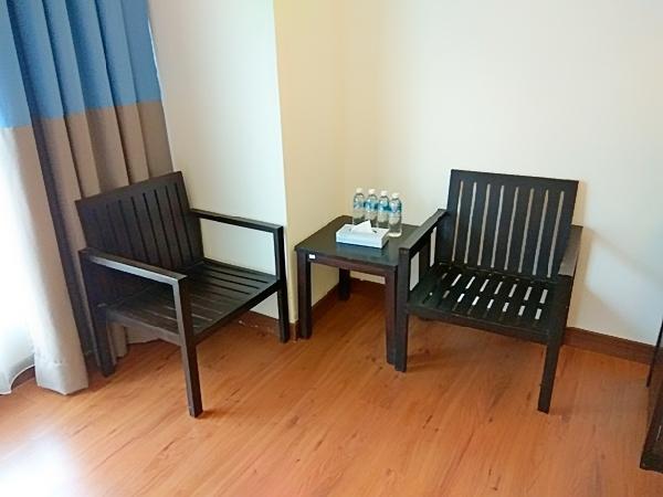 Kerusi kayu disudut bilik