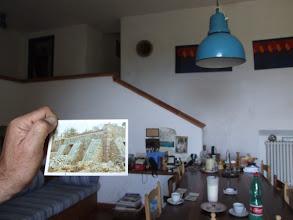 Photo: ... einem alten Wasserspeicher, der zum gemütlichen Haus ausgebaut wurde. Das Rohr oberhalb der Treppe ist der frühere Wasserzulauf.