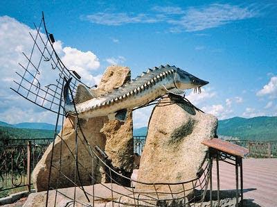Памятник Царь рыба красноярск