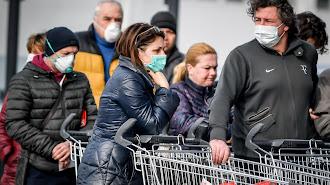 Gente con mascaraillas en Casalpusterlengo, Italia.