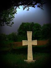 """Photo: Na krzyżu jest napis po polsku i cyrylicą """"Pamięci zmarłych wszystkich wyznań i narodowości. Pokój ich duszy"""""""