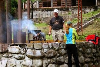Photo: carlos y maru, nuestros anfitriones, a punto de quemar todo