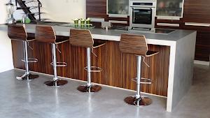 bar en béton ciré design moderne Les Bétons de Clara réseau d'applicateurs spécialisés dans la pose du béton ciré
