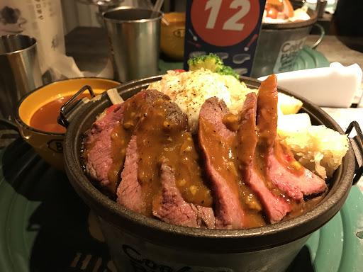 舒肥牛排飯,肉有厚度不會老,偏軟嫩的牛肉飯,小菜選辣雞(但不辣)建議小菜可以不用點