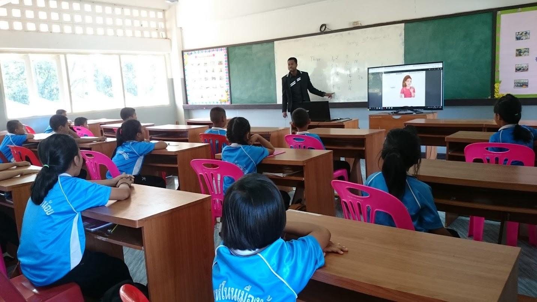 ครูต่างชาติสอนนักเรียนเขตพื้นที่