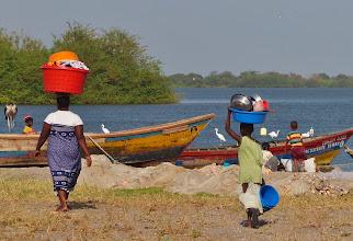 Photo: Wir beobachten das Leben und Treiben im Fischerdorf Mwabulugu.