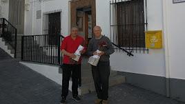 Jacinto Navarro con plantones donados a la Alhambra, en una imagen difundida en Facebook.
