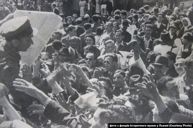 Львів'яни зустрічають радянське військо.Версеень 1939 року