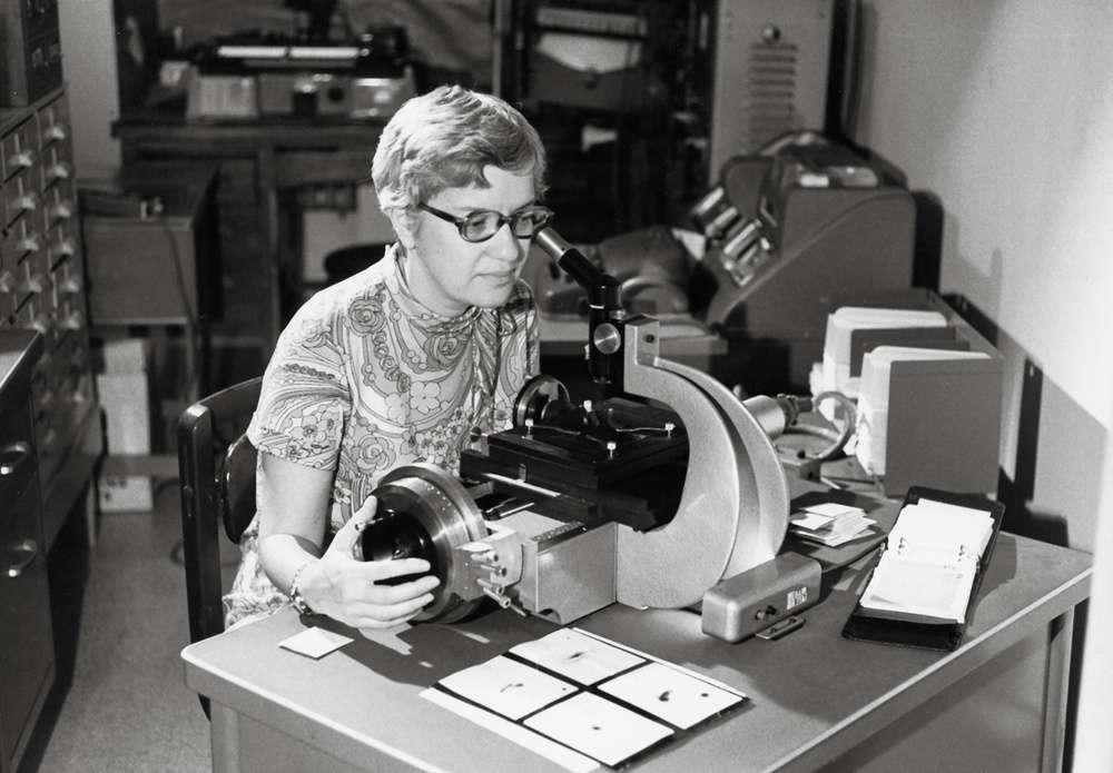 Vera Rubin en plein travail sur les galaxies. © Vassar College Library
