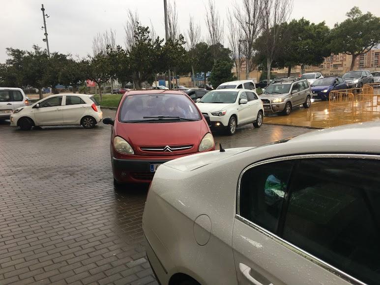 Cola de coches para acceder esta tarde al vacunauto.