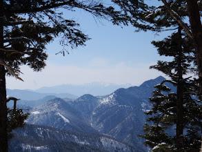 鎌ヶ峰(右)と奥に中央アルプス
