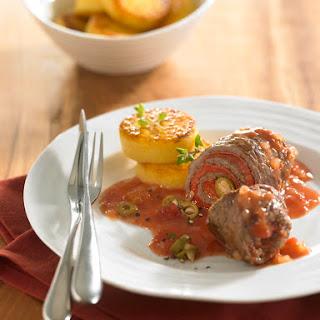 Rinderrouladen mit eingelegter roter Paprika, scharfer Salami und grünen Oliven