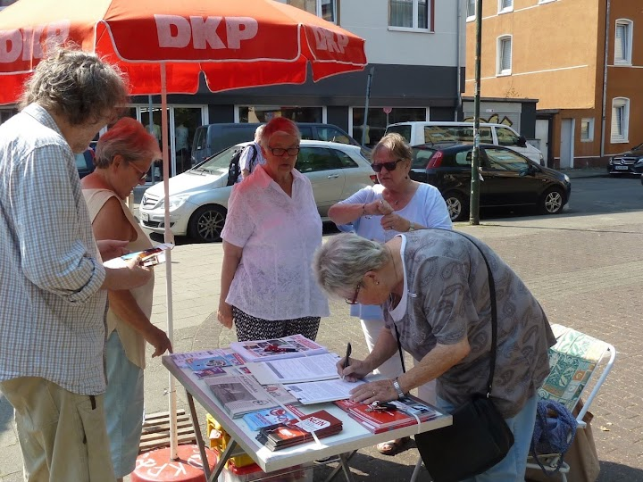Menschen am DKP-Infostand.