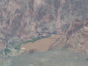 Photo: Sur le Colorado, 1410 m plus bas, le pont pour que les randonneurs puissent traverser pieds secs