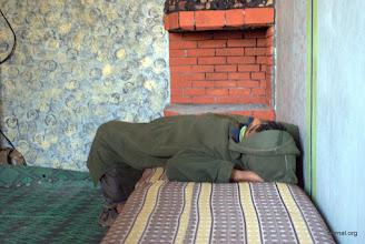 Photo: nuestro anfitrion inspeccionando el techo