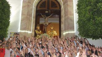 Salida del Santísimo Cristo de La Luz desde la iglesia de Santa María de Ambrox daliense.