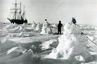 Photo: Formaron una fila de montículos de hielo y los unieron mediante cuerdas , para que les sirvieran de guía durante las tormentas.