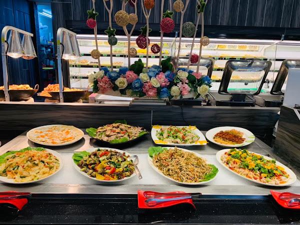 用餐環境舒適 挑高的設計讓人不會有壓迫感 提供多元的食材可供使用 人員上服務也都很好 非常適合聚餐的好場所呢😉