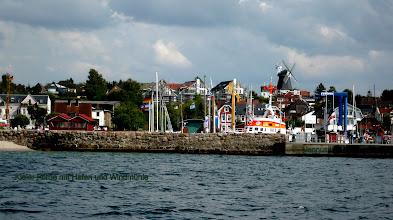 Photo: Fischerdorf an der Kieler Förde mit Hafen und Windmühle