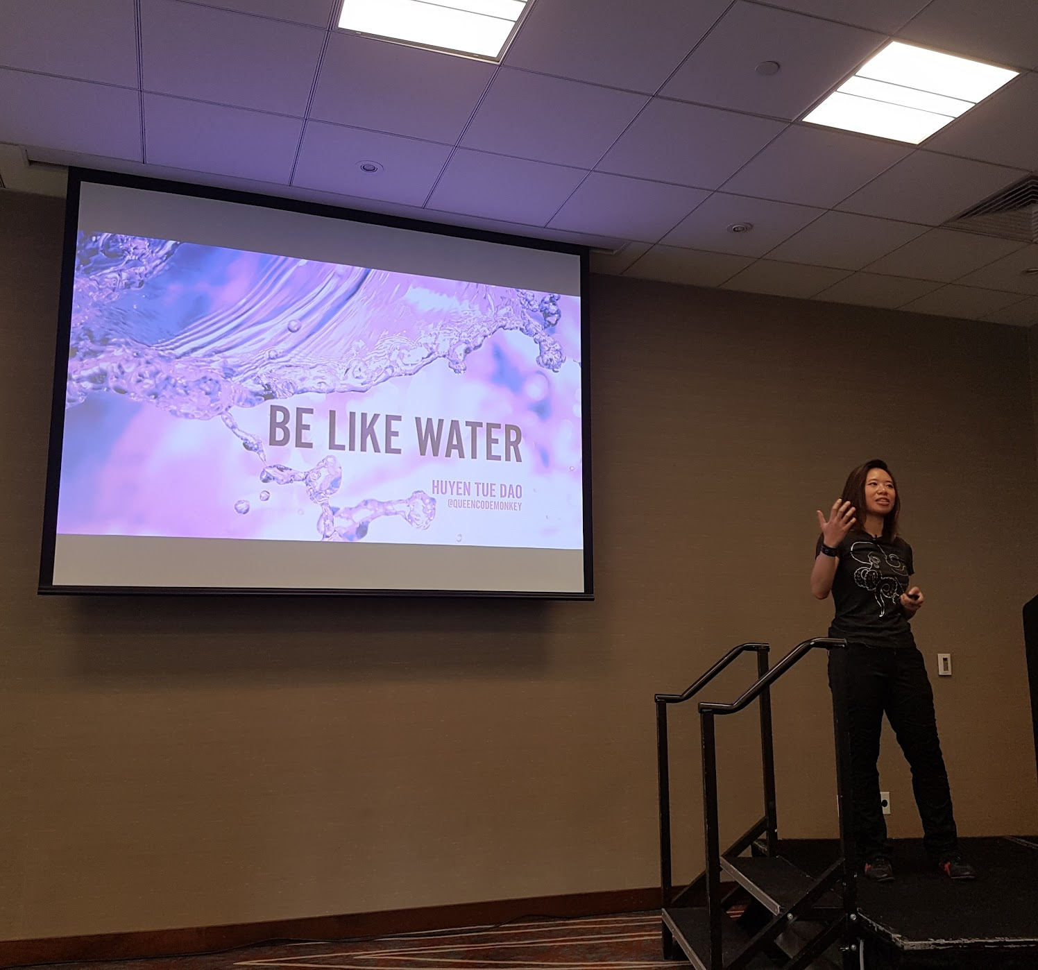 "Huyen Tue Dao presenting her talk ""Be Like Water: Keeping Up With Android"""