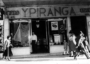 Photo: Tintas Ypiranga, especializada em tintas e materiais de acabamento de construção. Localizava-se na Rua do Imperador. Provavelmente foto da década de 40 ou 50