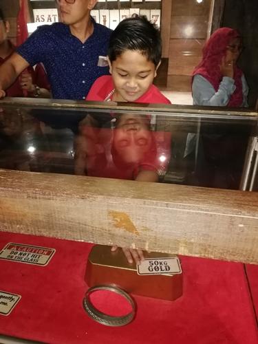 Pengalaman mahal dapat mengusap dan memegang jongkong emas seberat 50kg